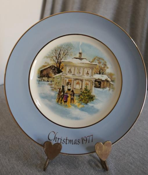 1977 AVON Christmas Plate Carollers in the Snow Collectible Plate Wedgewood made in England Fifth Edition